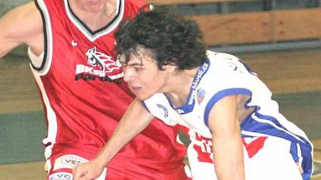 Marek Slunéčko (vpravo) v utkání NBL