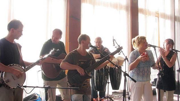 Když vystoupení skupiny Blue Eyes z Ústí zrušil déšť, pokračovalo děčínské Vomiště už v suchu v sále restaurace DK.