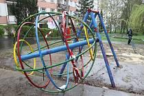 UTRŽENÁ ZEMĚKOULE. Spíše pro vandaly než pro děti je v současné době hřiště v ulici SNP. Pro děti je totiž nebezpečné, protože uvolněné prolézačky chrání jen potrhaná páska.