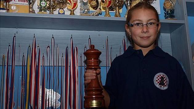 Desetiletá Eliška Kalinová s medailemi a cenou.