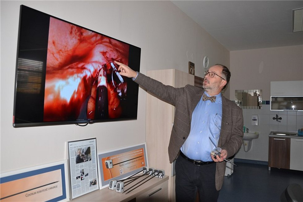 SINGLE SIDE. Operace za pomoci metody single side a ukázka speciálního nástavce pro robat da Vinci Xi. Foto: Krajská zdravotní a.s.