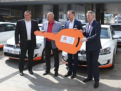Slavnostní předání 19 elektromobilů Ústeckému kraji.