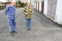 Václav Pešek z Velkého Března zjistil, že voda je svedena špatně a jemu kvůli tomu rezaví garáž.