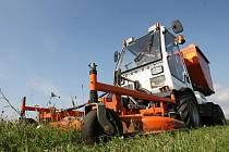 Cesta trávy. Zelené plochy je třeba několikrát do roka posekat. Tráva se pak naloží na valník a odveze do kompostárny.