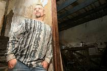 Nájemníci, kteří by v domě vůbec neměli být,  ukazují, jak opravovali narušené stropy. Stavební úřad hrozí vlastníkovi  pokutou, město zvažuje právní kroky.