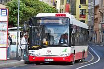 Na lince číslo 1 dopravní podnik nasazuje nové autobusy Solaris na zemní plyn.