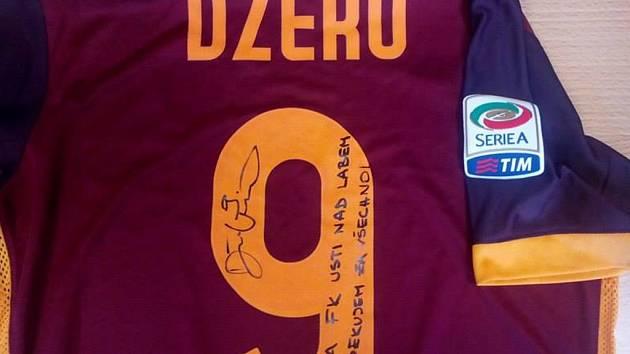 Ústečtí fotbalisté obdrželi podepsaný dres AS Řím se vzkazem od útočníka Edina Džeka.