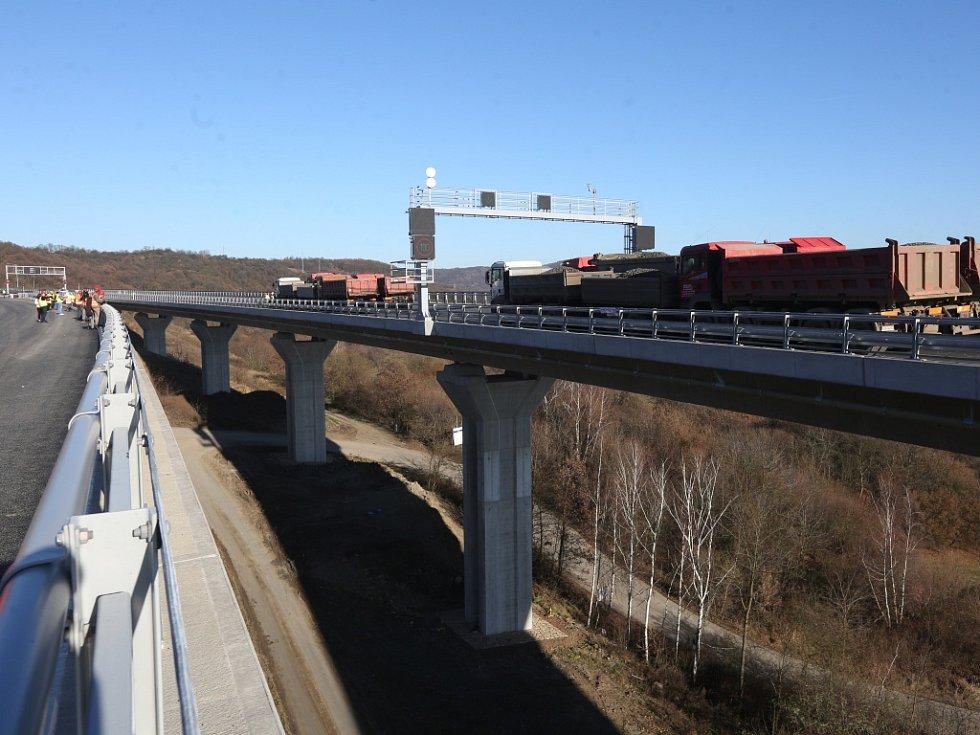 Zátěžová zkouška mostu na dokončovaném úseku dálnice D8.