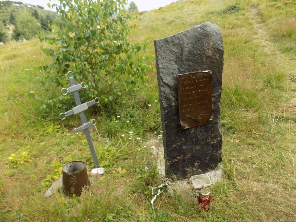 Hrob bájného Nikoly Šuhaje i s v textu uvedeným nápisem
