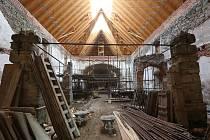 Kostel svatého Mikuláše v Petrovicích během oprav. Pyšní se pozoruhodnou prosklenou střechou. Archivní foto