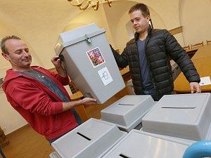 Volební urny začali úředníci stěhovat ze skladů do volebních okrsků