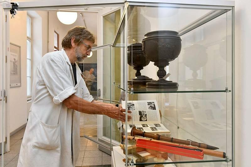 Muzejní restaurátor Jiří Belis ukazuje některé z exponátů