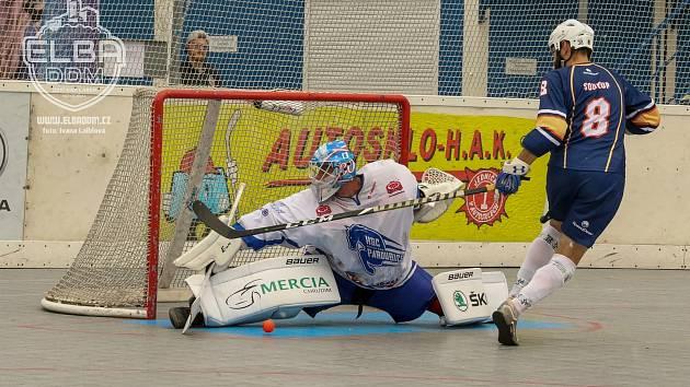 Hokejbalisté ústecké Elby (v tmavém) prohráli v Pardubicích 1:2 po samostatných nájezdech.