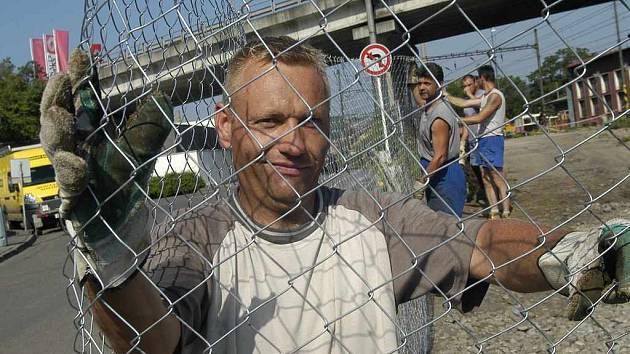 Zamezit přechodu přes koleje má plot, který instaluje Gabriel Chudoba
