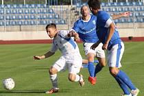 Ústečtí fotbalisté (bílé dresy) doma porazili Vlašim a stoupají tabulkou.