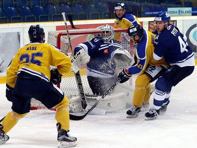Ústečtí hokejisté (žlutí) předvedli v posledním utkání roku senzační obrat z 0:4 na 6:5.