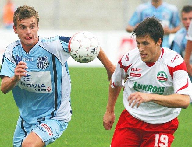 V posledním druholigovém střetnutí porazili fotbalisté Ústí doma Zlín 2:0 a v neděli je čeká duel na hřišti Karviné. Na snímku bojují o míč Jindráček (vlevo) a zlínský Jelínek.