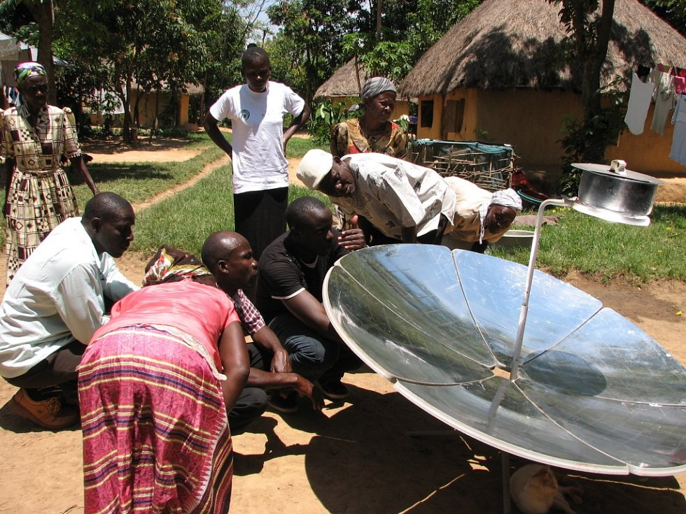 Vesničané zkoumají princip solárního vaření.