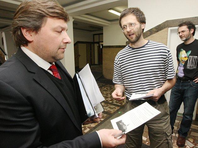 Sdružení Stop tunelům na jednání zastupitelstva připomínalo  roli primátora Víta v Mandíka v kauze kolem hotelu na Větruši. Evropská komise upozornila na 60 milionů, které se objevily na účtech majitele hotelu na Větruši.