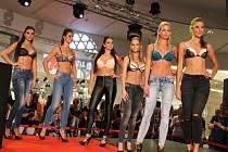Obchodní centrum Forum připravilo ve svých prostorách pro návštěvníky Night Shopping včetně módní přehlídky.