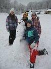 """V rámci projektu """"Sněhuláci pro Afriku"""" petrovičtí školáci minulý týden stavěli sněhuláky."""
