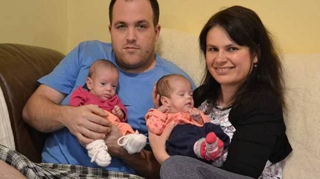 Dvojčátka se svými rodiči.