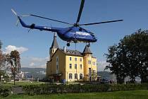 Vrtulník společnosti Aerocentrum při napínání montážního lana pro lanovku na Větruši.