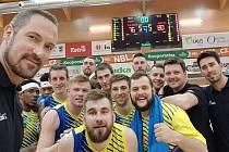První zápas čtvrtfinálové série vyhrála Sluneta na půdě Pardubic a v sérii se ujímá vedení 1:0.
