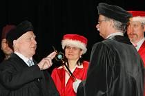 Univerzita Jana Evangelisty Purkyně (UJEP) udělila čestný titul a navíc ocenila 16 lidí pamětními listy.