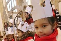 Koledníci Tříkrálové sbírky se sešli v ústeckém kostele Nanebevzetí Panny Marie.
