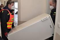 S vybavením krizových bytů pomohli hasiči SBD Střekov.