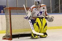 V hokejové výstroji je každý pohyb nadlidským výkonem.