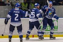 Kladno (modří) v pátém utkání čtvrtfinále WSM ligy porazilo Ústí 6:3 a snížilo stav série na 2:3.