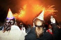 K oslavě Nového roku patří šampaňské a rachejtle.