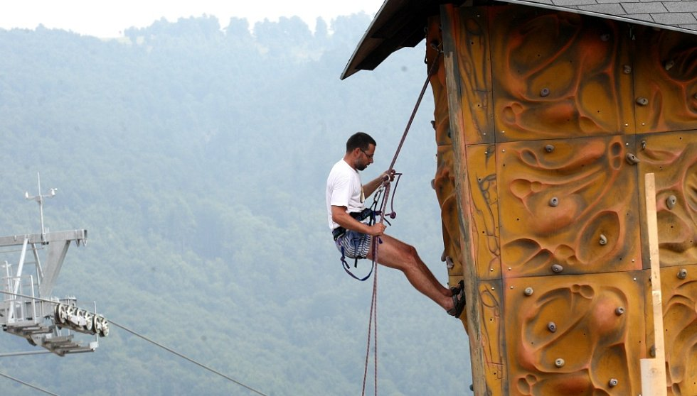 Jednou z atrakcí Klínů je lezecká stěna.