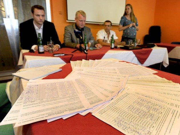 Zástupci iniciativy Ústí bez hazardu a hnutí PRO!Ústí ukázali 2. července na tiskové konferenci v Ústí nad Labem podpisy pod petici pro vyvolání místního referenda o zákazu heren.