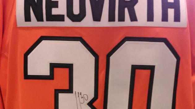 Dres Philadelphie s podpisem Michala Neuvirtha výherce vydražil za 3700 Kč.