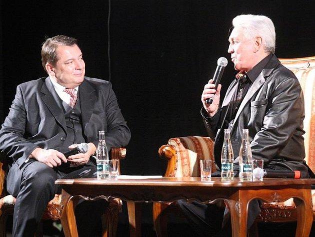 V ústeckém Domě kultury přivítal Jiří Karmpol předsedu ČSSD Jiřího Paroubka.