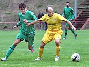 Fotbalisté Velkého Chvojna (ve žlutém) vyhráli na hřišti SKP 4:2.
