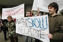 Protesty před krajským úřadem proti slučování škol.