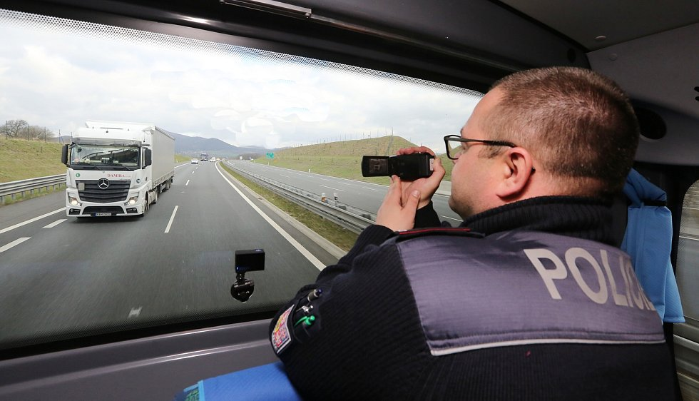 Po dálnici D8 mezi Petrovicemi a Lovosicemi se v úterý proháněl autobus s tmavými skly a dopravními policisty uvnitř.