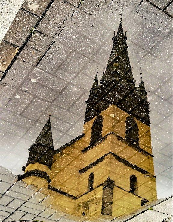 Ústecký fotograf Martin Vodňanský si oblíbil snímky zachycující dominanty města nad Labem v odrazu kaluže. Říká jim loužovky. Na snímku je kostel Nanebevzetí Panny Marie.