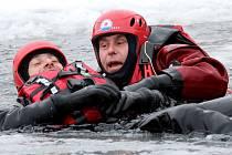 Cvičení hasičů z Petrovic, poříční policie a vodní záchranné služby ČČK na Varvažově.