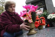 Na přelomu měsíců října a listopadu se hřbitovy zaplňují zapálenými svíčkami a květinami více než jindy v roce.