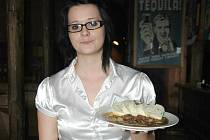 Učenka oboru servírka Klára Soukupová servíruje zákazníkovi Myslivecký guláš s knedlíkem.