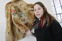 Přes devadesát exponátů přinesli lidé na výstavu Podhoubí Fillovka Open, kterou zahájila vernisáž v Galerii Emila Filly. Potrvá až do 27. února. Na snímku galerijní pracovnice Tereza Nováková.