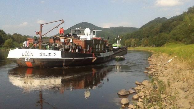 Nákladní loď narazila ve Velkém Březně na překážku a začala nabírat vodu do strojovny.