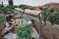 Obyvatelé Kmochovy ulice už mají dost obrovských potkanů, narkomanů a prostitutek v rozbujelých koniferách. Tak je prořezali a upravili ve stylu zenových zahrad v Japonsku. Jaroslav Žalud (na snímku) našel vhodné kameny.