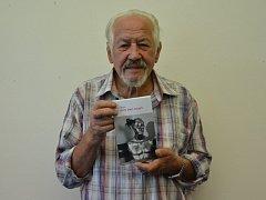 Ladislav Muška se svojí novou knihou.
