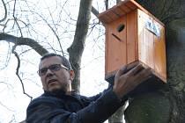 Ptačí budky ze školních dílen už visí v sadech.